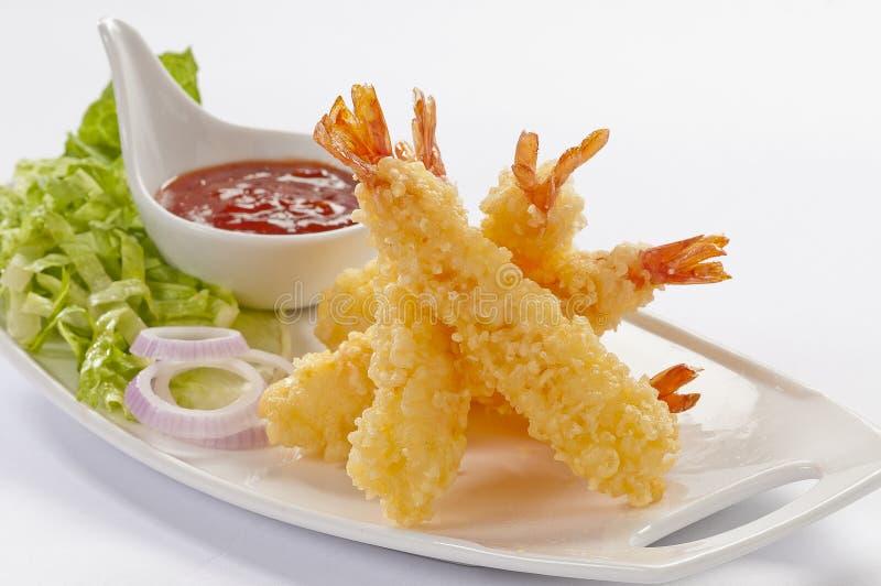I gamberetti enormi della tempura con insalata e salsa immergono sul piatto bianco e sul fondo bianco immagine stock libera da diritti