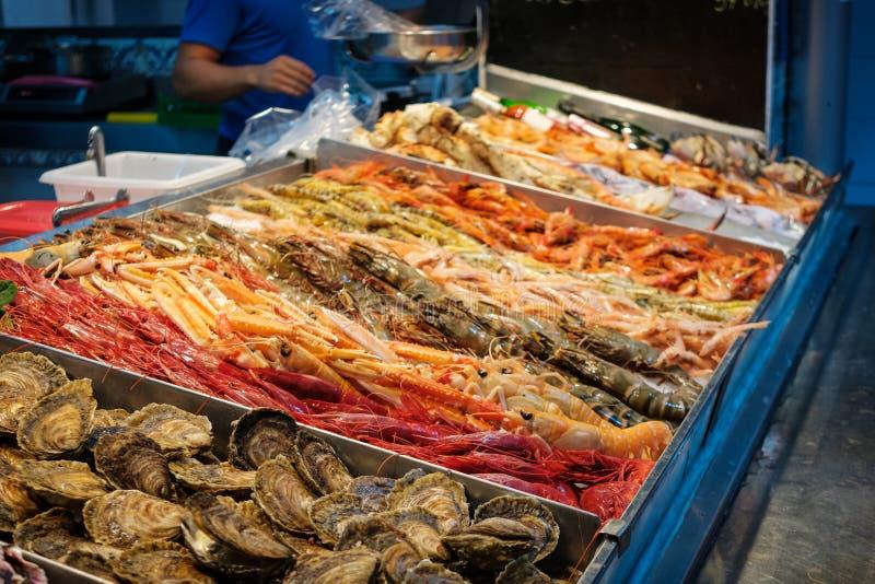 I gamberetti, i granchi ed i frutti di mare freschi su ghiaccio al mercato ittico stanno immagini stock