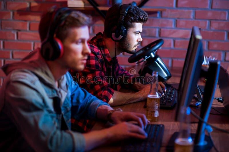 I gamers seri sono divertenti a casa immagini stock libere da diritti