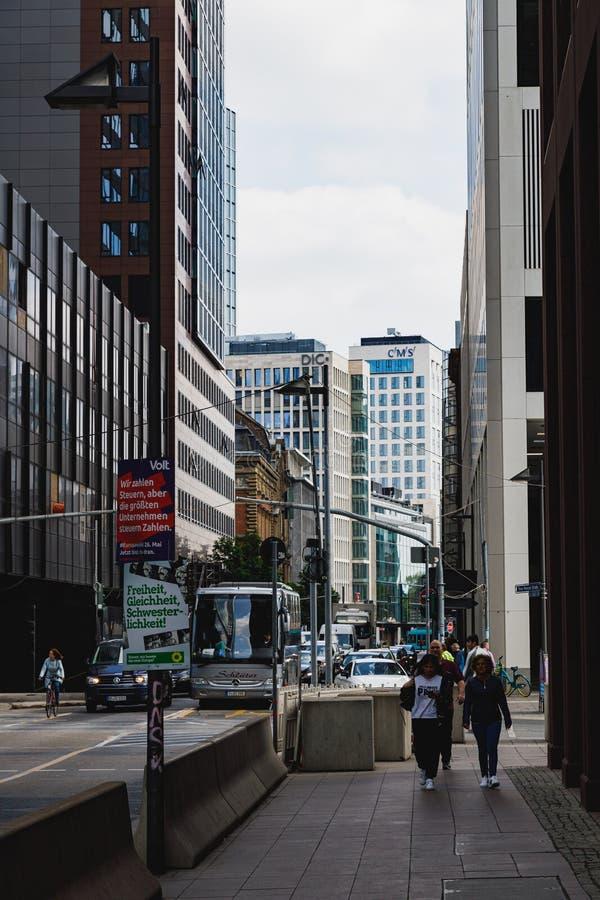 I gatorna av Frankfurt som packar ihop området med en sikt av skyskraporna arkivfoto