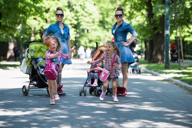 I gemelli generano con i bambini nel parco della città fotografie stock libere da diritti