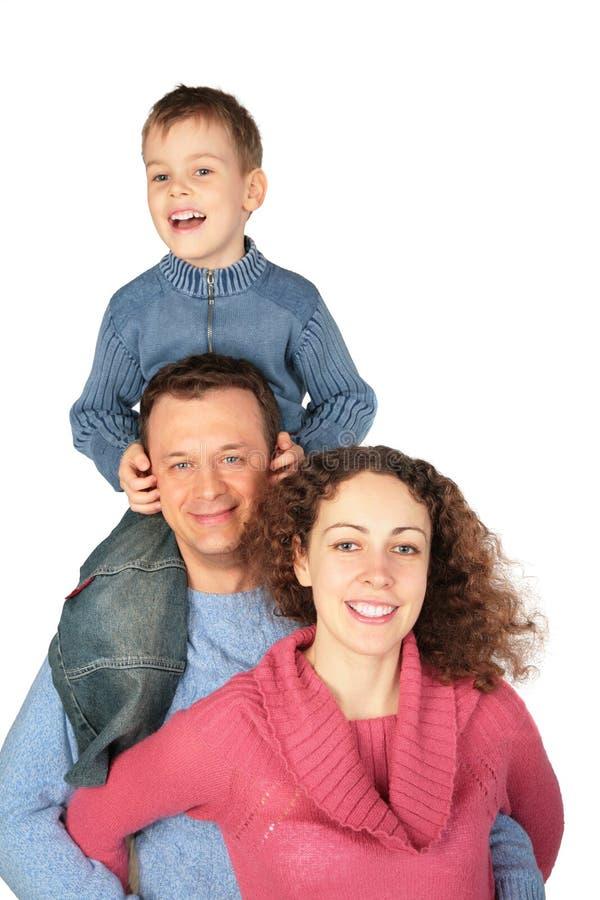 I genitori con il figlio sul `s del padre mette immagini stock libere da diritti