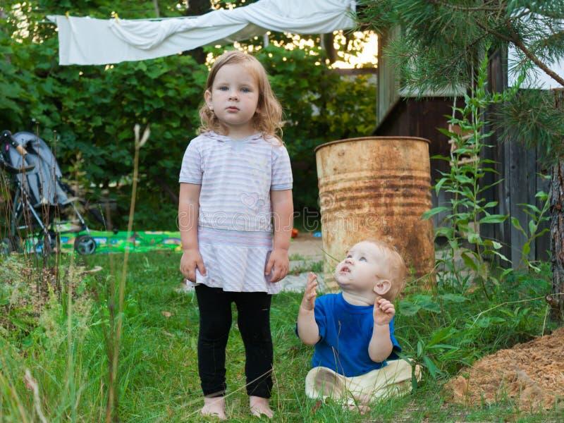 I genitori hanno preso i bambini al villaggio per il fine settimana fotografia stock