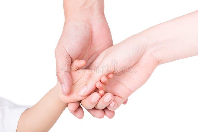 I genitori passano la tenuta delle mani dei bambini isolati su bianco fotografia stock
