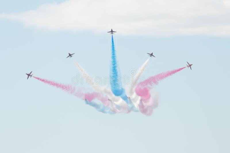 I getti del T1 del falco con colorato fuma sullo show aereo immagini stock