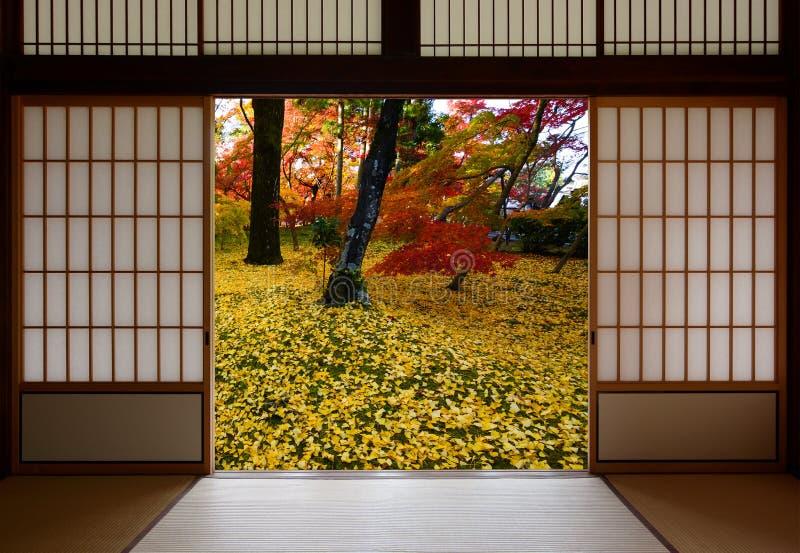i giapponesi che fanno scorrere le porte di legno si