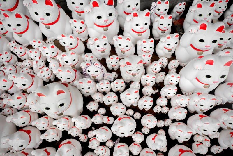 I giapponesi shrine in Setagaya, tonnellate di statue del gatto di fortuna chiamate Manekineko fotografie stock