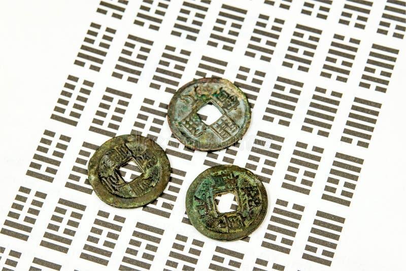 I Ging, adivinación china con las monedas fotos de archivo