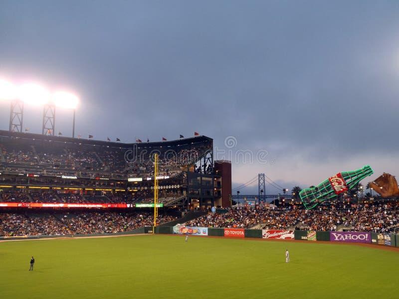 I giocatore dell'area outfield del Dodger si levano in piedi fra i giochi immagine stock libera da diritti
