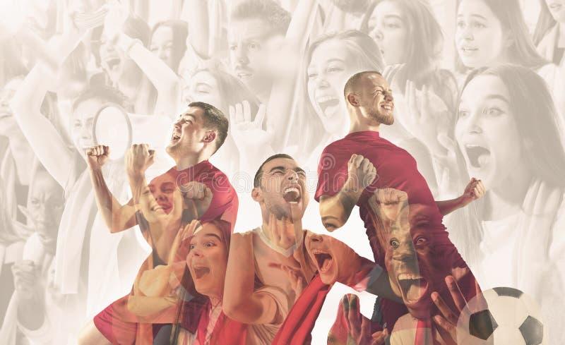 I giocatori di football americano maschii sono emozionali celebrando la vittoria immagini stock libere da diritti
