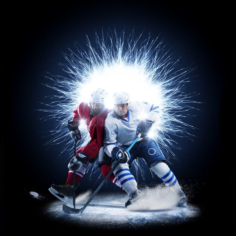 I giocatori di hockey su ghiaccio stanno pattinando su un fondo astratto fotografia stock