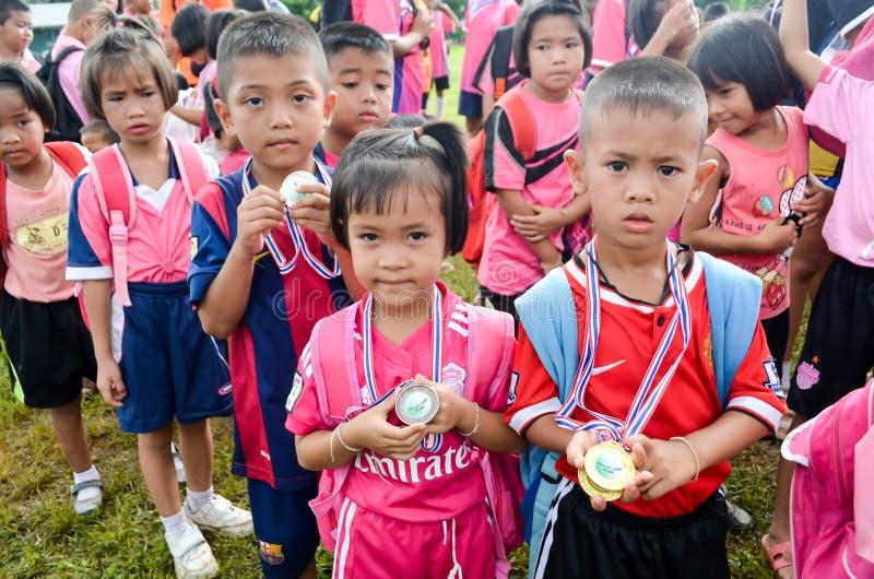 I giocatori di sport mostrano la loro medaglia dopo l'estremità di sport immagini stock