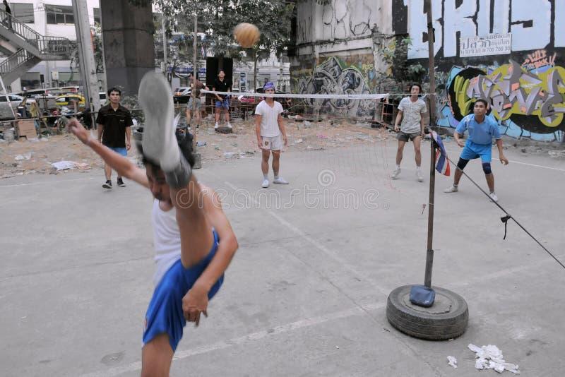 I giocatori di Takraw fanno concorrenza in una corrispondenza della via immagine stock libera da diritti