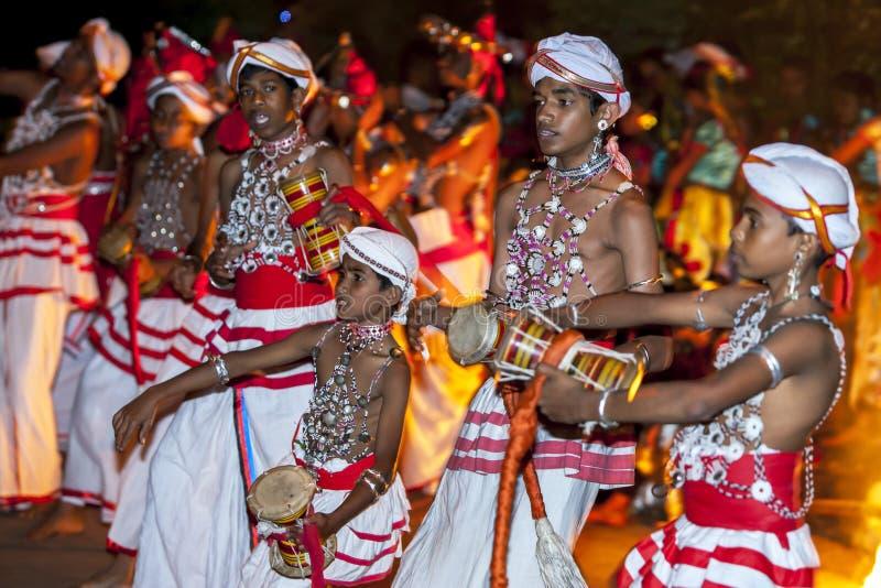 I giocatori di Udekki eseguono al Esala Perahara a Kandy, Sri Lanka immagini stock