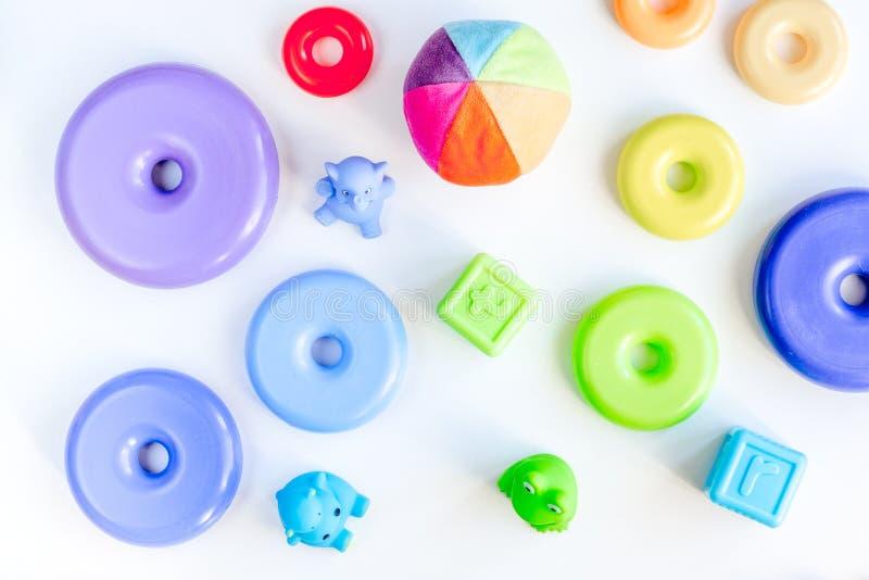 I giocattoli alla moda del bambino hanno messo sul modello bianco di vista superiore del fondo immagine stock