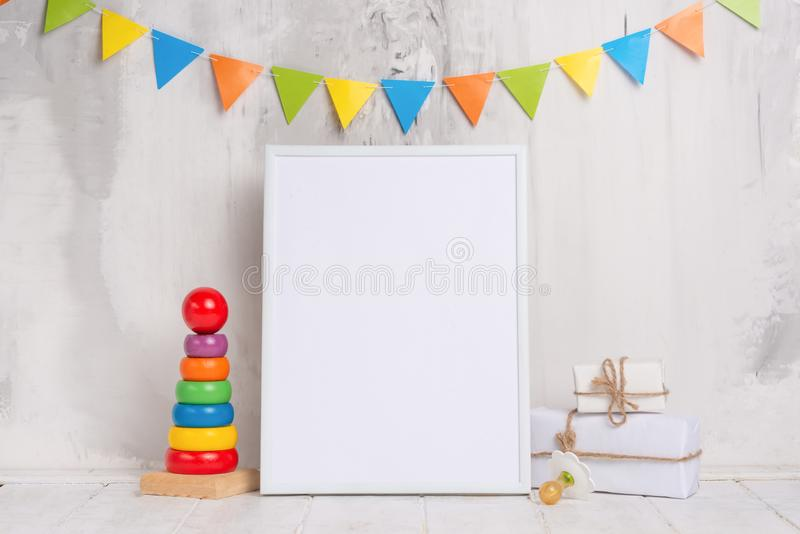 I giocattoli dei bambini, con una struttura bianca la struttura su un fondo leggero della parete con i segni dei bambini, per pro fotografie stock libere da diritti