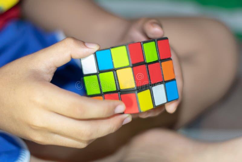 I giocattoli dei dadi alternano rosso, verde, blu fotografia stock libera da diritti