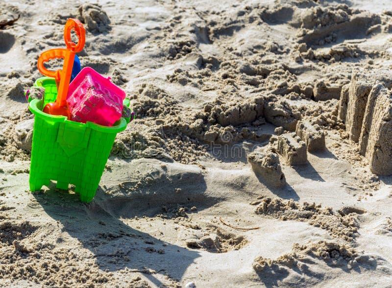 i giocattoli della sabbiera hanno messo la costruzione del castello della sabbia immagini stock