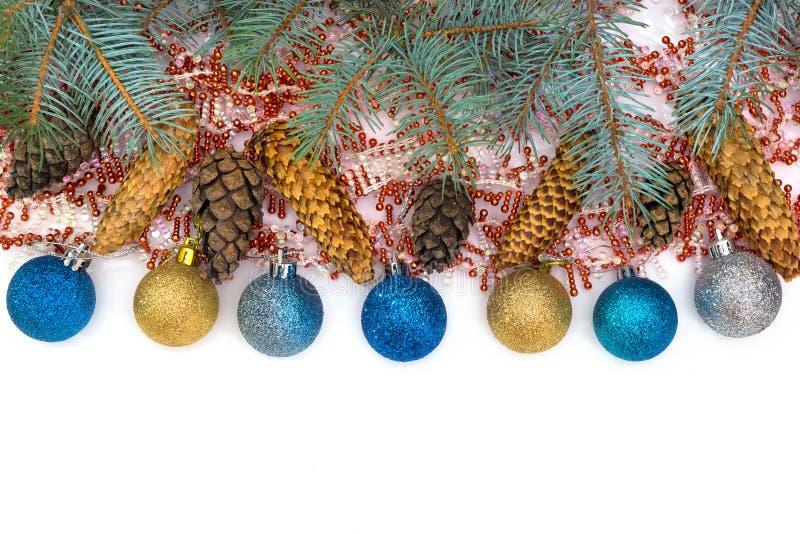 I giocattoli di Natale sono isolati su un fondo bianco immagini stock libere da diritti
