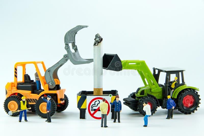 I giocattoli minuscoli distruggono la sigaretta Giorno non fumatori di concetto fotografia stock libera da diritti
