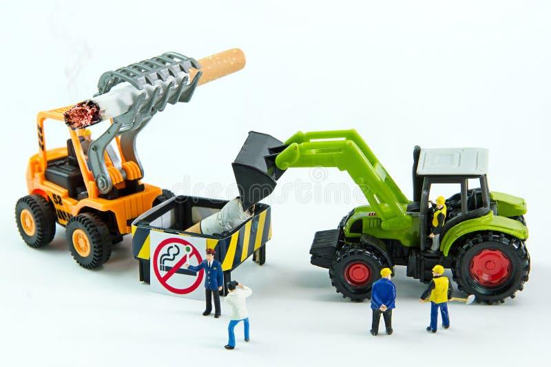 I giocattoli minuscoli distruggono la sigaretta Giorno non fumatori di concetto fotografia stock