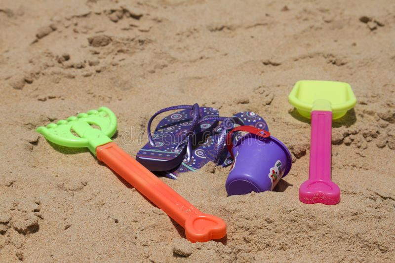 I giocattoli sabbiosi variopinti dei bambini su bello una spiaggia Goa dell'India fotografie stock libere da diritti