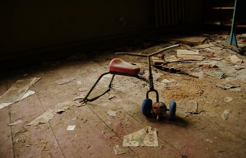 I giocattoli sovietici della bici arrugginita del bambino nel disastro nucleare di Cernobyl sono immagine stock