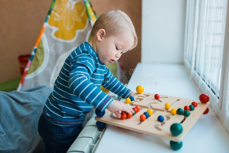 I giochi da bambini con i giochi educativi ai bambini concentrano immagine stock
