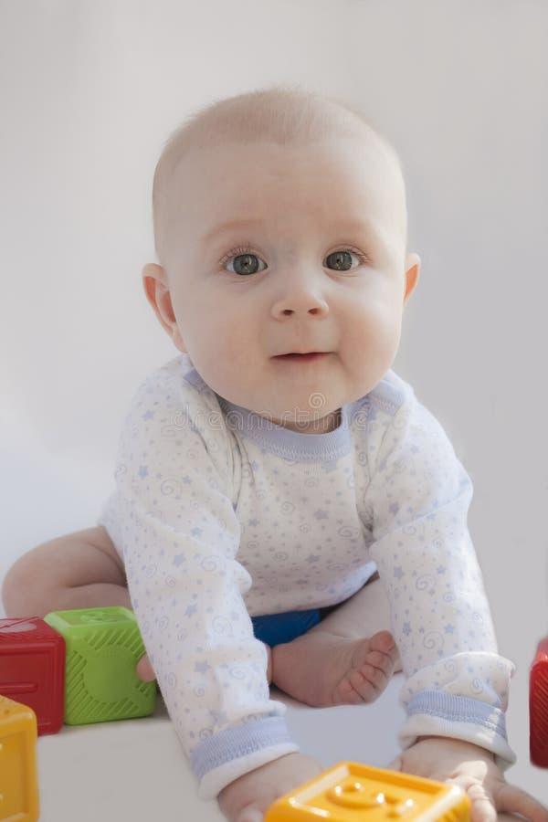 I giochi del bambino con i cubi immagine stock libera da diritti