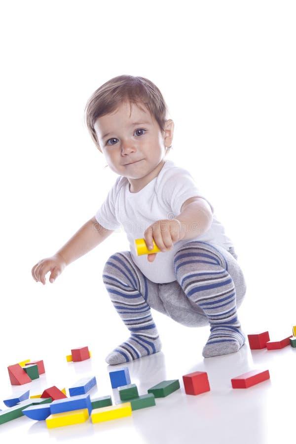 I giochi del bambino con i cubi fotografie stock libere da diritti