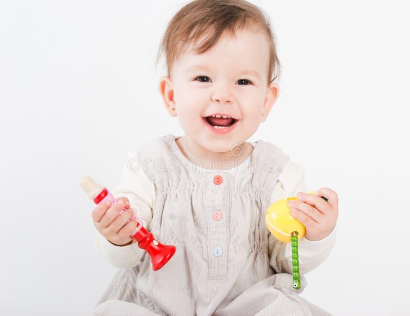 I giochi della bambina con i giocattoli di legno immagine stock