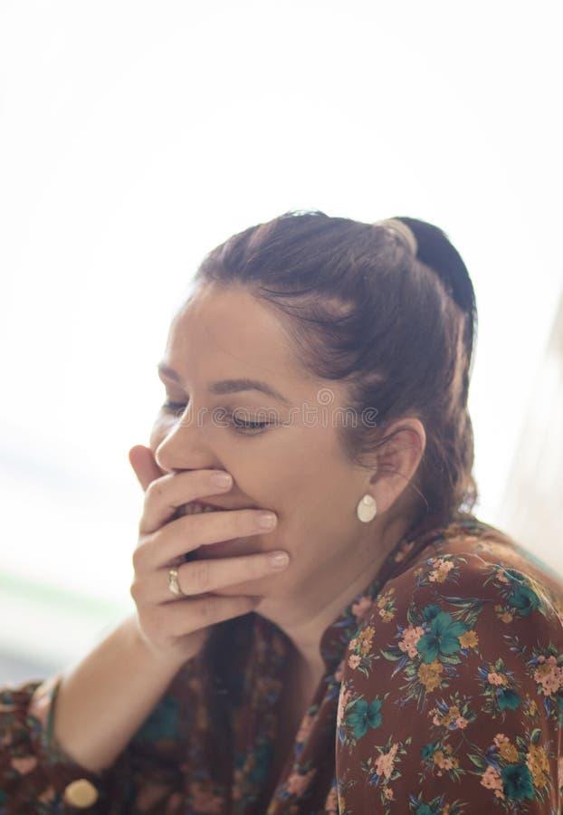 I gioielli più bei sulla donna sono il suo sorriso immagine stock libera da diritti