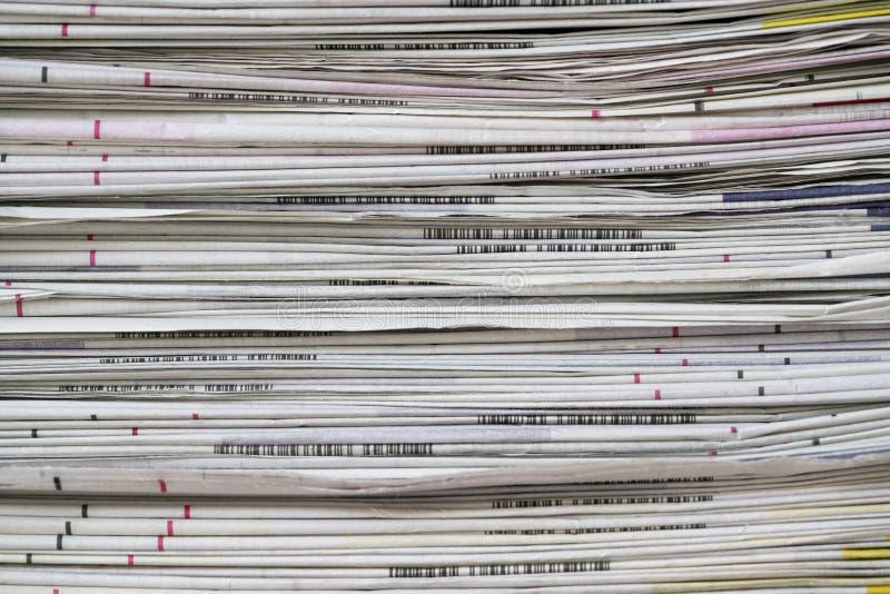 I giornali hanno piegato ed impilato il fondo sulla tavola immagini stock libere da diritti