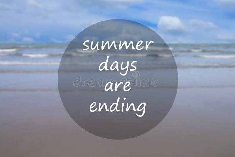 I giorni di estate stanno concludendo testo del mare tropicale della sfuocatura e spiaggia con cielo blu immagine stock libera da diritti