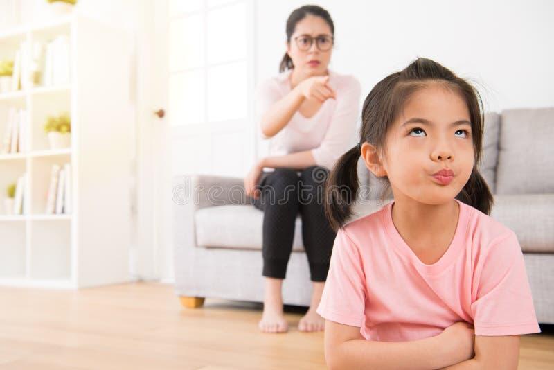 I giovani bambini adorabili erano annoiati a casa fotografia stock