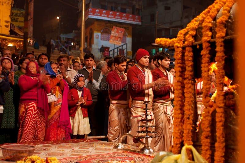 I giovani brahmins indiani nella folla della gente fanno  fotografie stock