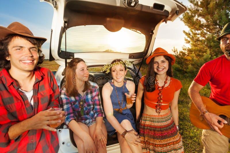 I giovani che si siedono in automobile inizializzano godere del viaggio fotografie stock libere da diritti