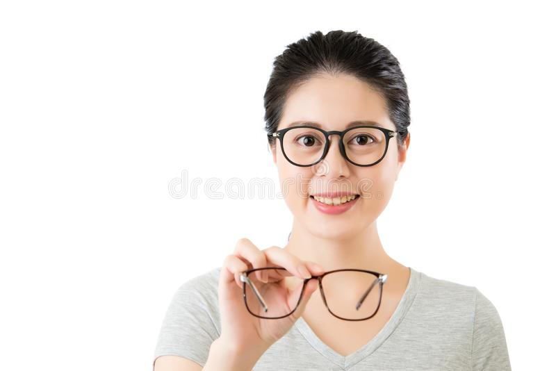 I giovani che smilling la donna asiatica tengono i nuovi vetri della visione immagine stock libera da diritti