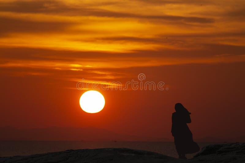 I giovani dei musulmani pregano per Dio il Ramadan con speranza ed il perdono, Islam è una credenza per la preghiera di cinque gi fotografie stock