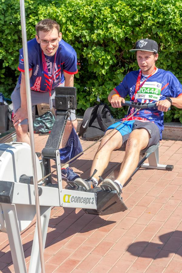 i giovani di sport stanno preparando sui simulatori sull'argine del fiume Volga fotografie stock