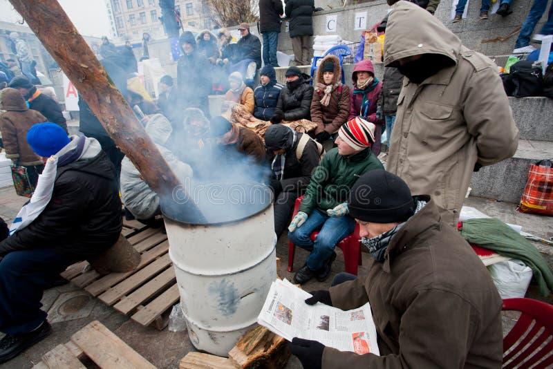 I giovani dimostratori bruciano i fuochi in barilotti, essi Oc fotografia stock