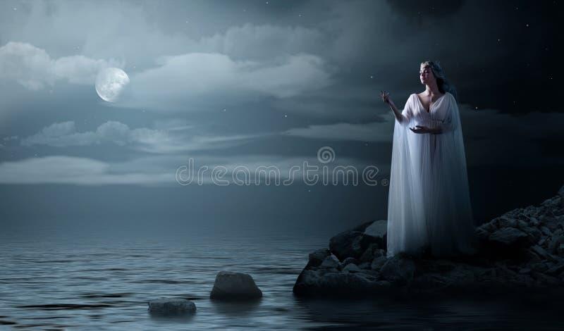 I giovani elven la ragazza sulla costa di mare immagine stock libera da diritti