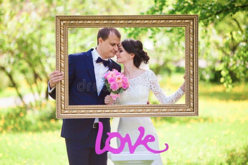 I giovani governano e sposa con il mazzo di nozze in baguette dell'immagine immagini stock libere da diritti