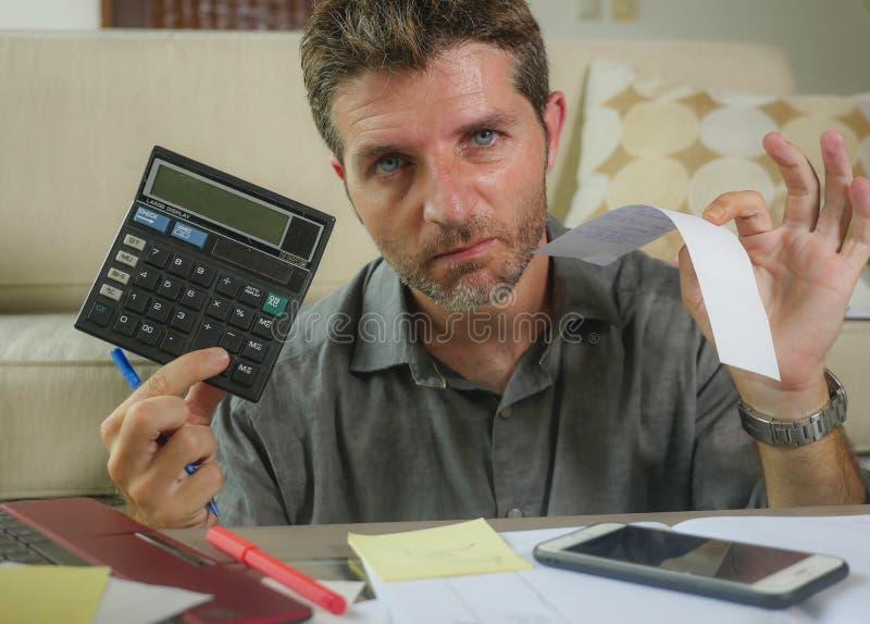 I giovani hanno sollecitato e preoccupato il salone dell'uomo a casa facendo uso del calcolatore e del computer portatile che acc fotografie stock libere da diritti