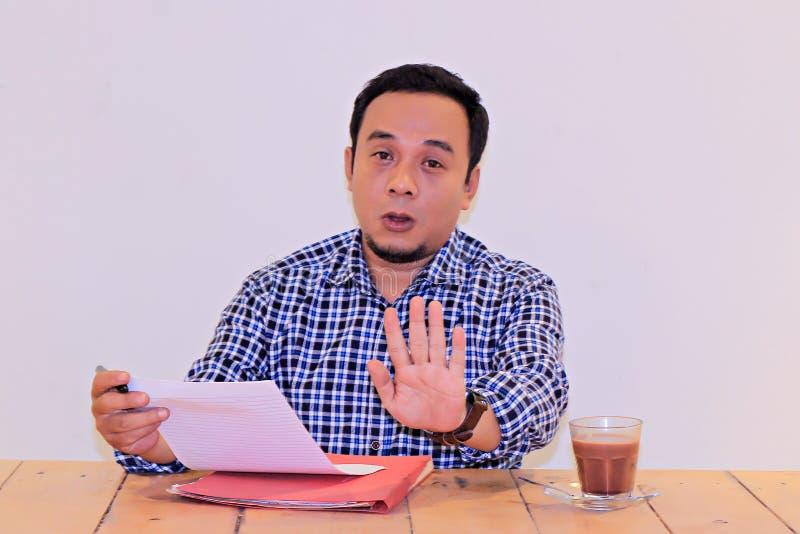 I giovani imprenditori asiatici non dicono gesto di mano - movimento di concetto per corruzione nell'accettazione di occupazione fotografie stock