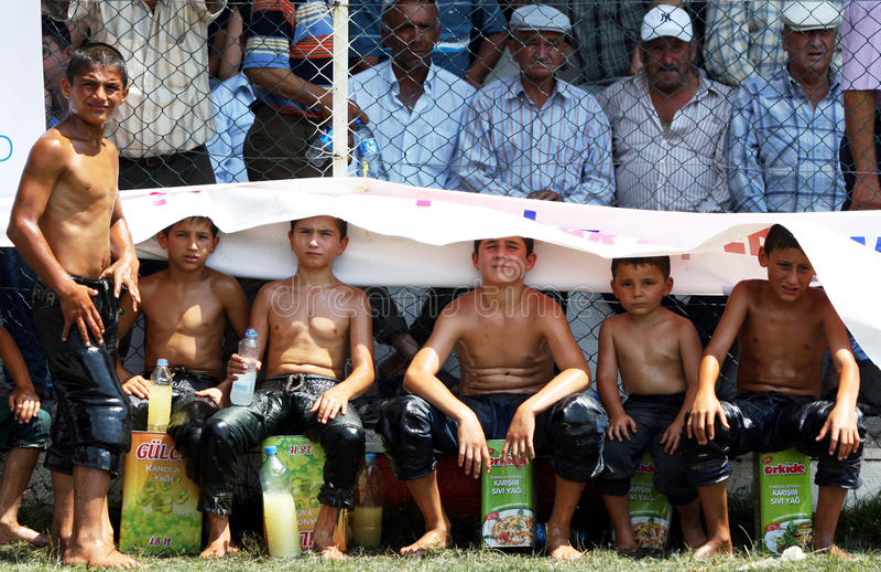 I giovani lottatori cercano una certa tonalità al festival lottante dell'olio turco di Elmali, Turchia fotografie stock