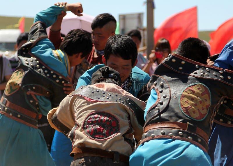 I giovani mongoli partecipano alla battaglia collettiva in steppa vicino a Hohhot, Cina immagine stock