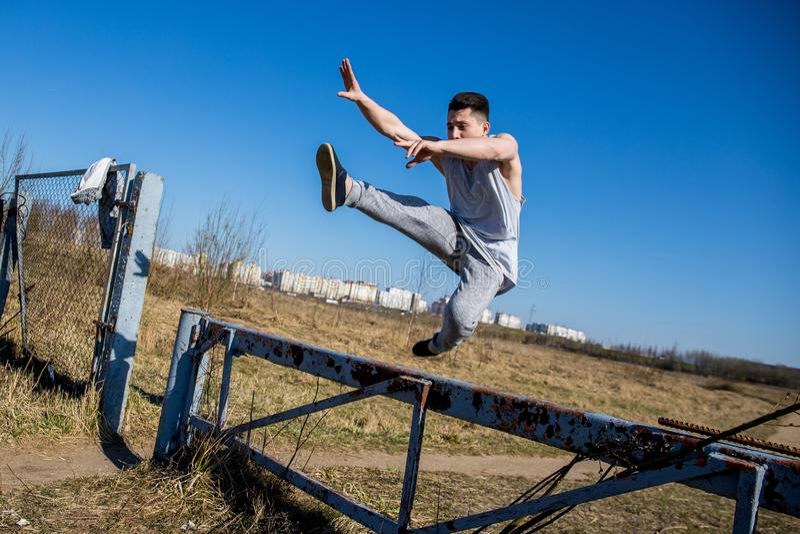 I giovani mostrano parkour teenager e mostrano parkour energia all'aria aperta fotografia stock