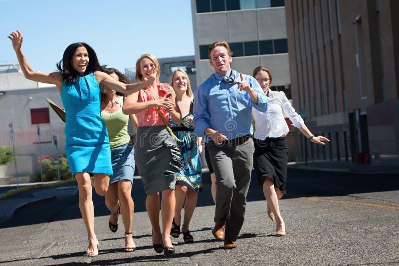 I giovani operai di affari funzionano giù steet. fotografia stock libera da diritti