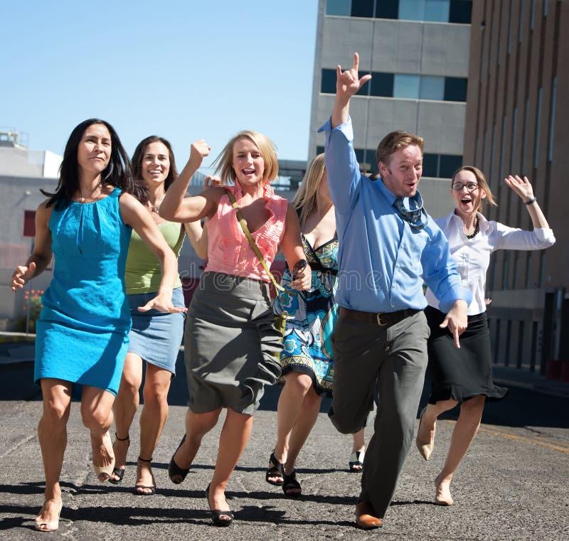 I giovani operai di affari funzionano giù steet. immagini stock libere da diritti